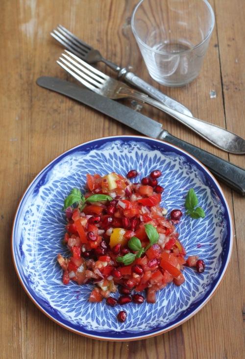 Jos haluat välttää yksivärisyyttä, pilko mukaan myös keltaisia tomaatteja.