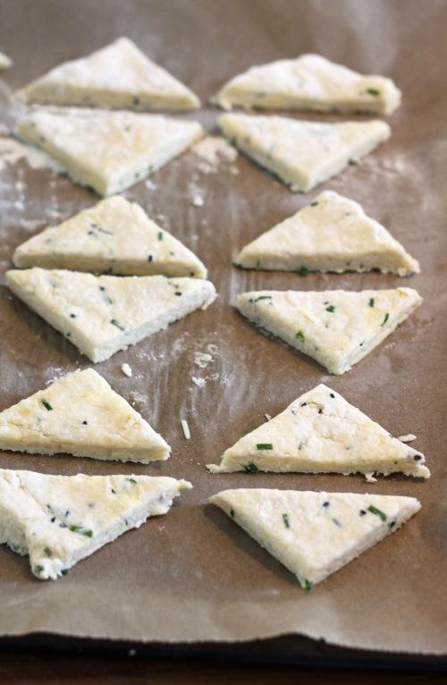 Paista juustokolmioita 15–20 minuuttia uunin yläosassa.