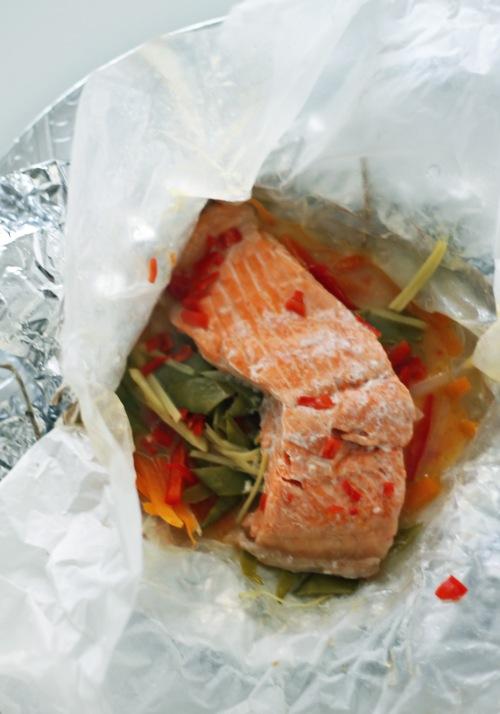 Paketista paljastuu kypsää kalaa ja mahtaviksi maustuneita kasviksia.