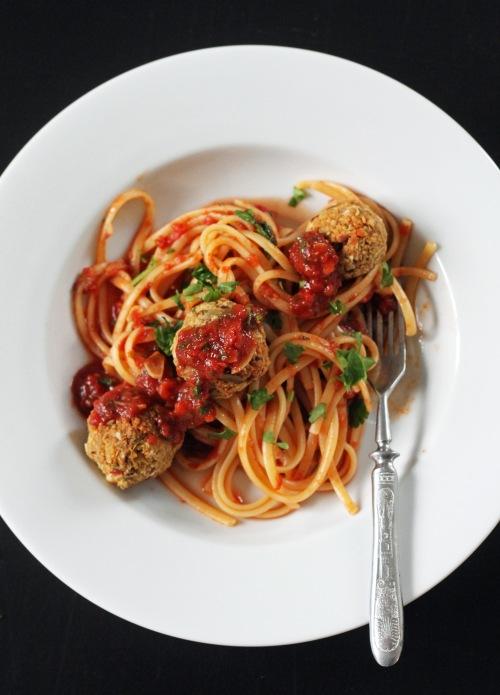 Fenkolipullia pastan kanssa? Sekoita ainakin osa tomaattikastikkeesta pastaan.