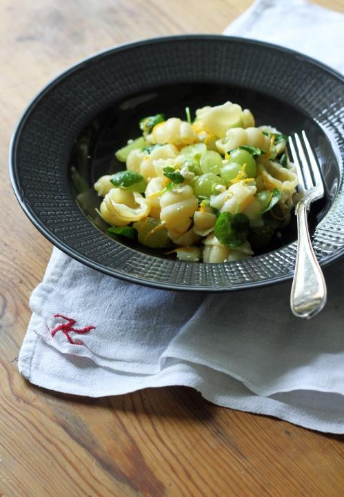 Keväisen hedelmäinen pasta syntyy alle puolessa tunnissa.