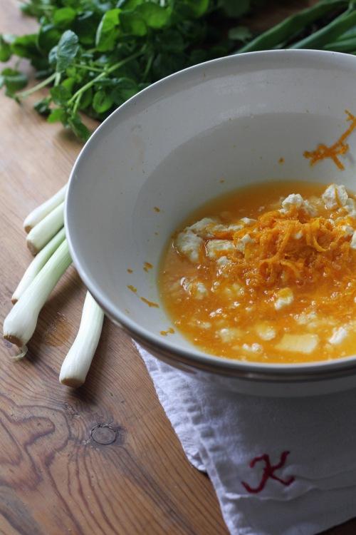 Murenna kulhon pohjalle juusto, lisää sekaan appelsiinien raastettu kuori ja mehu.