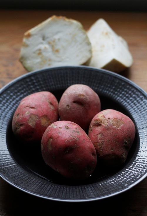 Tarvitaan jauhoisia perunoita kuten Rosamundaa ja juuriselleriä.