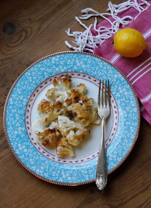 Sitruunamehu raikastaa kukkakaalipaistoksen.