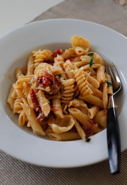 Pennet, fusillit ja gnocchit sulassa sovussa tomaattikastikkeen kanssa.