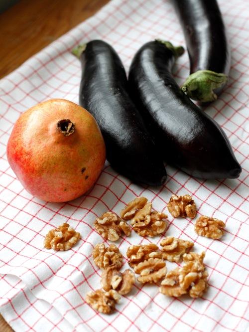 Munakoisoja, pähkinöitä, grasnaatiomenaa.