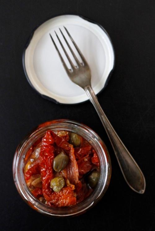 Jos aurinkokuivattujen tomaattien sekaan on piilotettu esimerkiksi kapriksia, älä poista niitä, vaan sekoita nekin kastikkeeseen.