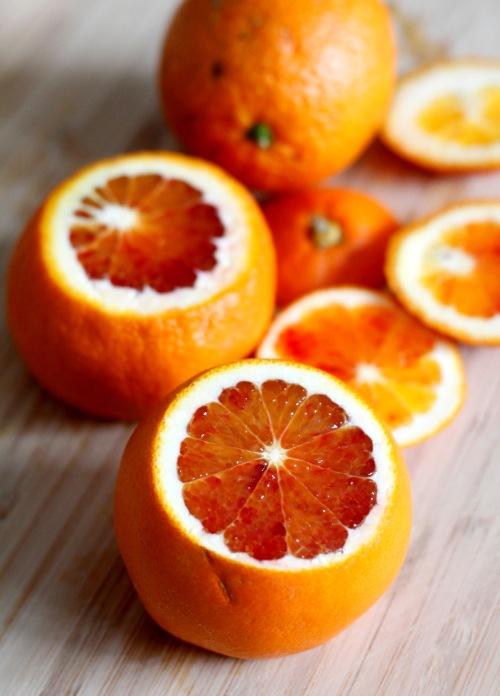 Kuori veriappelsiinit ja viipaloi ne puolikuiksi.