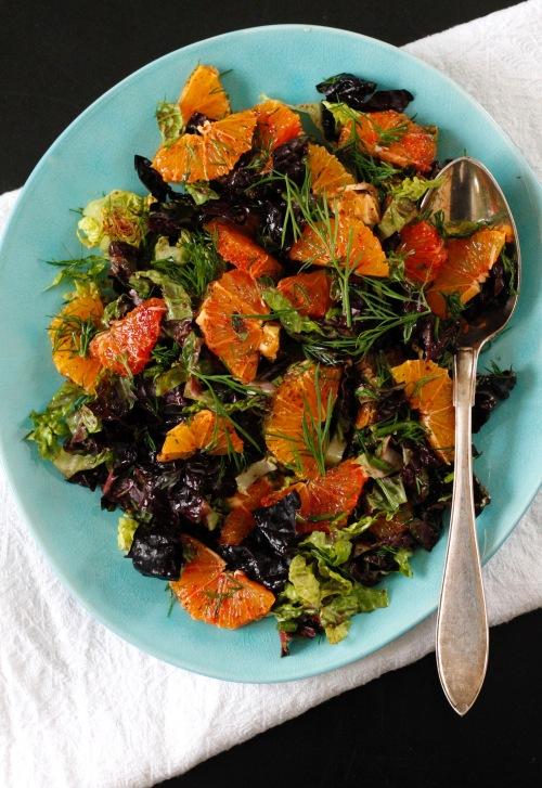 Veriappelsiinin siivuja, tilliä ja salaattia kirpeällä kastikkeella kostutettuna. Raikasta!