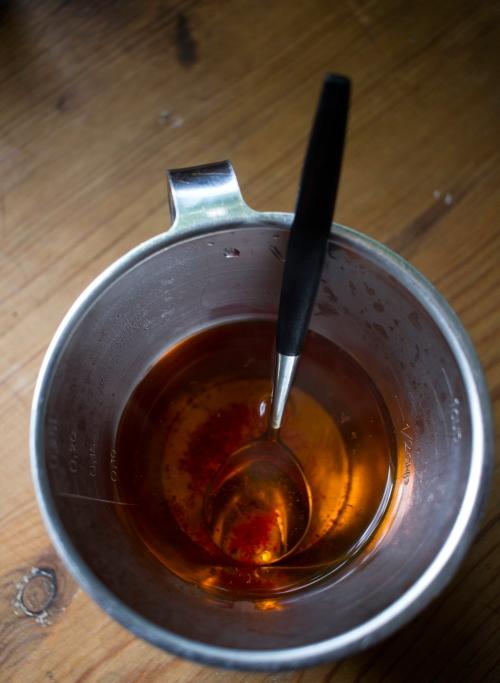 Liuota sahrami desiin kuumaa vettä.