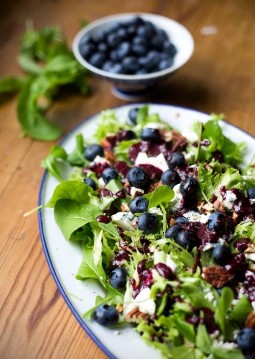 Sekoita mustikoita, paahdettuja pähkinöitä ja sinihomejuustoa salaatin ja rucolan kanssa.